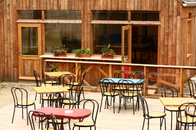 La terrasse, avec en arrière-plan la salle de conférence.