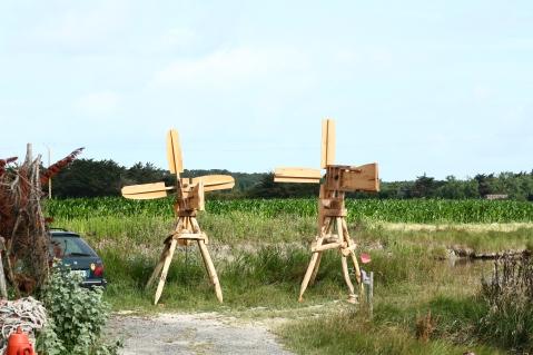 Deux moulins à vents pour les marais salants.
