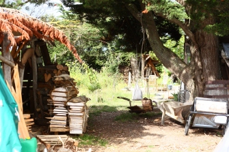 Jardin et stocks de bois.