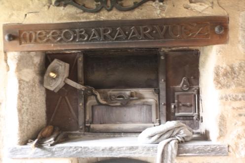 """Le four à pain, avec inscrit en breton """"Je suis le pain de vie""""."""