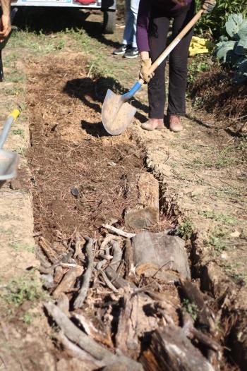 Construction d'une butte chez un maraîcher.