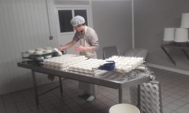 JiJi prépare les fromages lactiques
