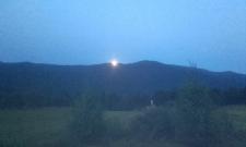 Lever de pleine lune sur la montagne