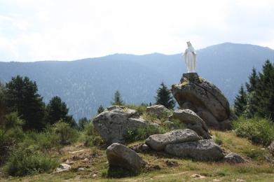 La vierge veille sur le monastère